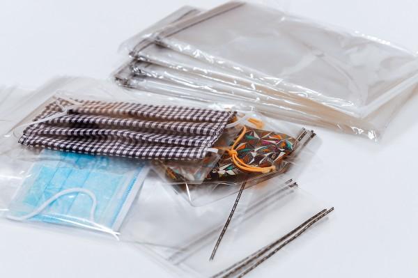 Schutzmaskenverpackung - Beutel für Transport und Lagerung von Masken aller Art. Mit Selbstklebeverschluß